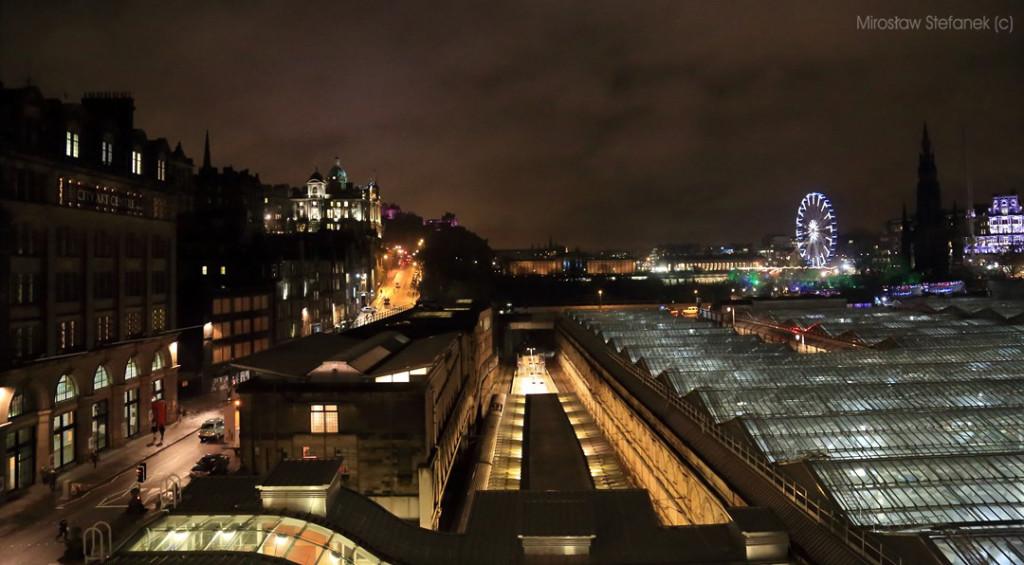 Panorama Edynburga w centrum. Pod tym szklanym zadaszeniem znajduje się dworzec kolejowy.