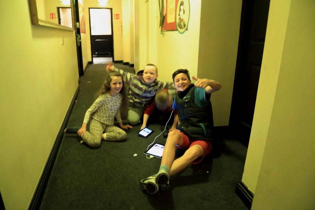 Bawiące się na korytarzu dzieciaki w moim hostelu.