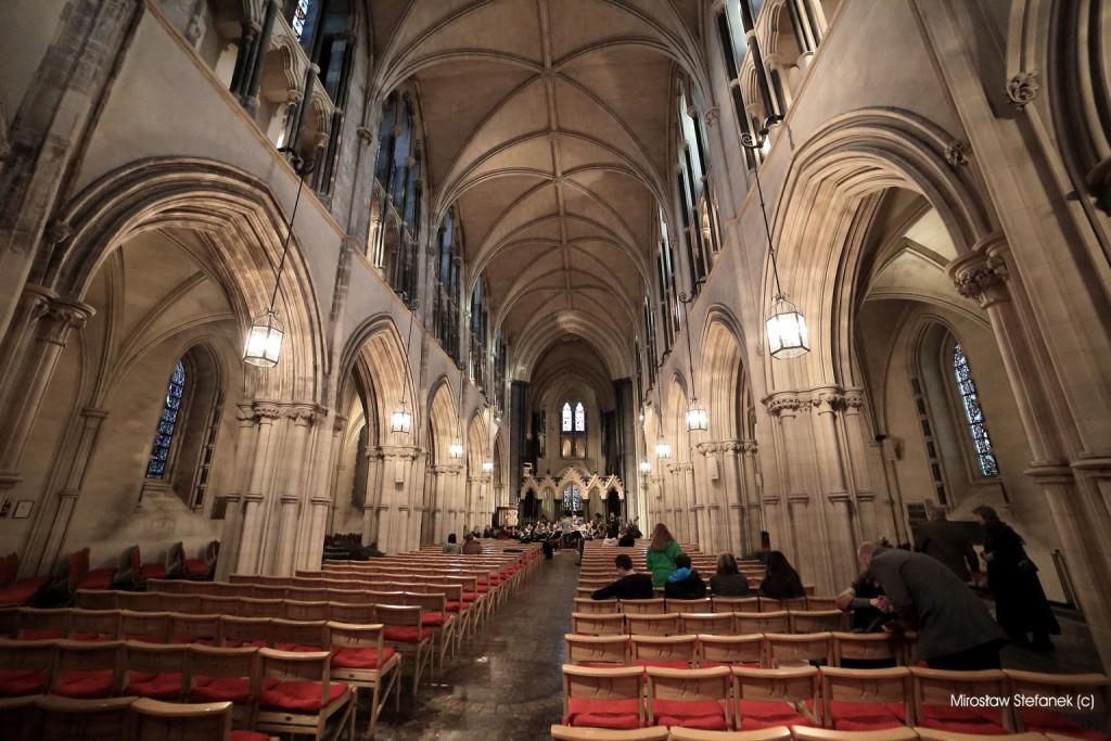 Katedra w środku.