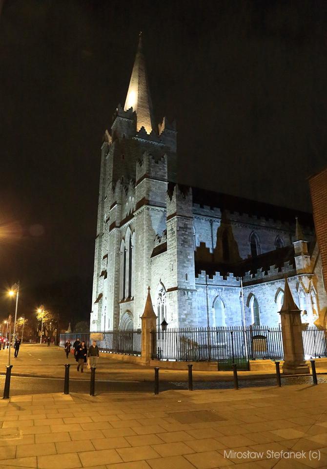 Katedra św. Patryka nocą.