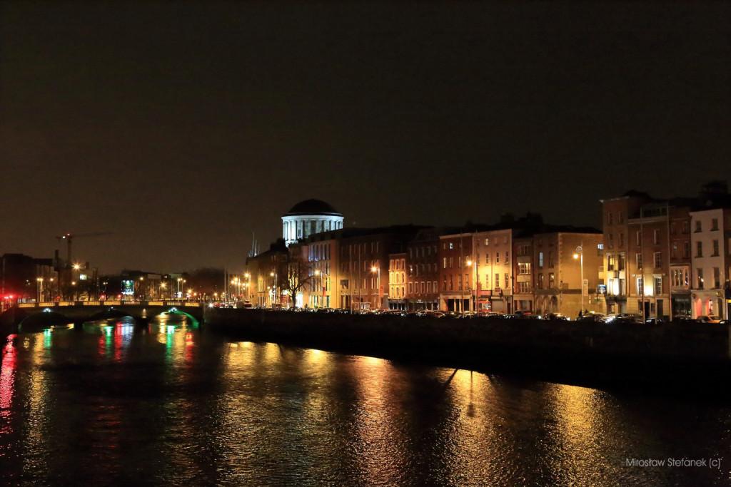 Nocny Dublin i rzeka Liffey.