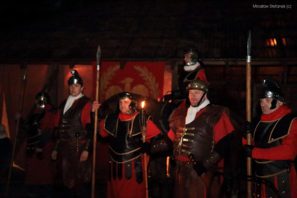 """Rzymscy żołnierze eskortujący naszą """"pielgrzymkę""""."""