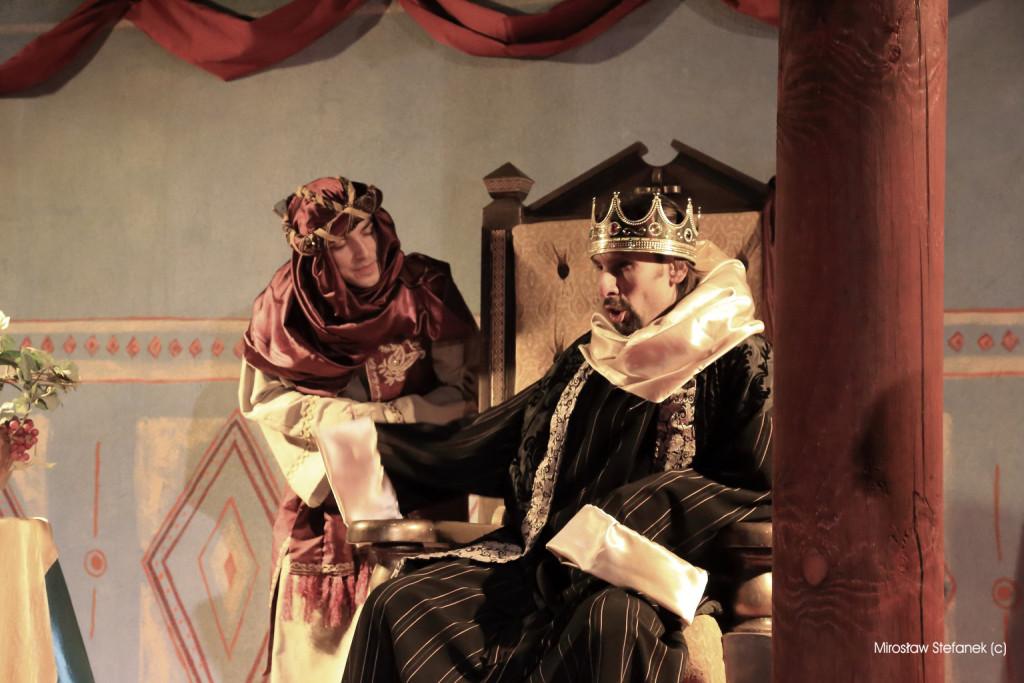 Zły król Herod i jego doradca planują rzeź niewiniątek.
