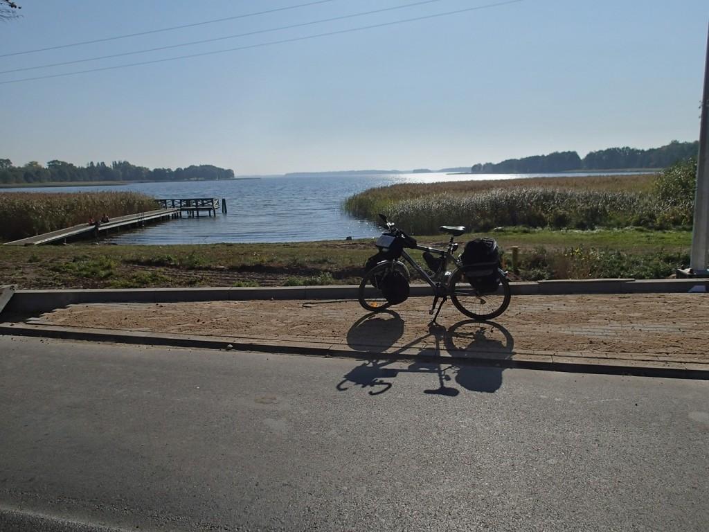 Droga malowniczo wije się wzdłuż linii brzegowej.