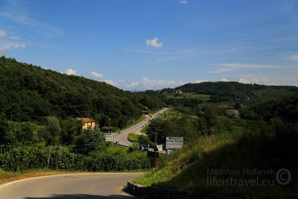 Fantastyczny widok na moją drogę z perspektywy małego miasteczka.