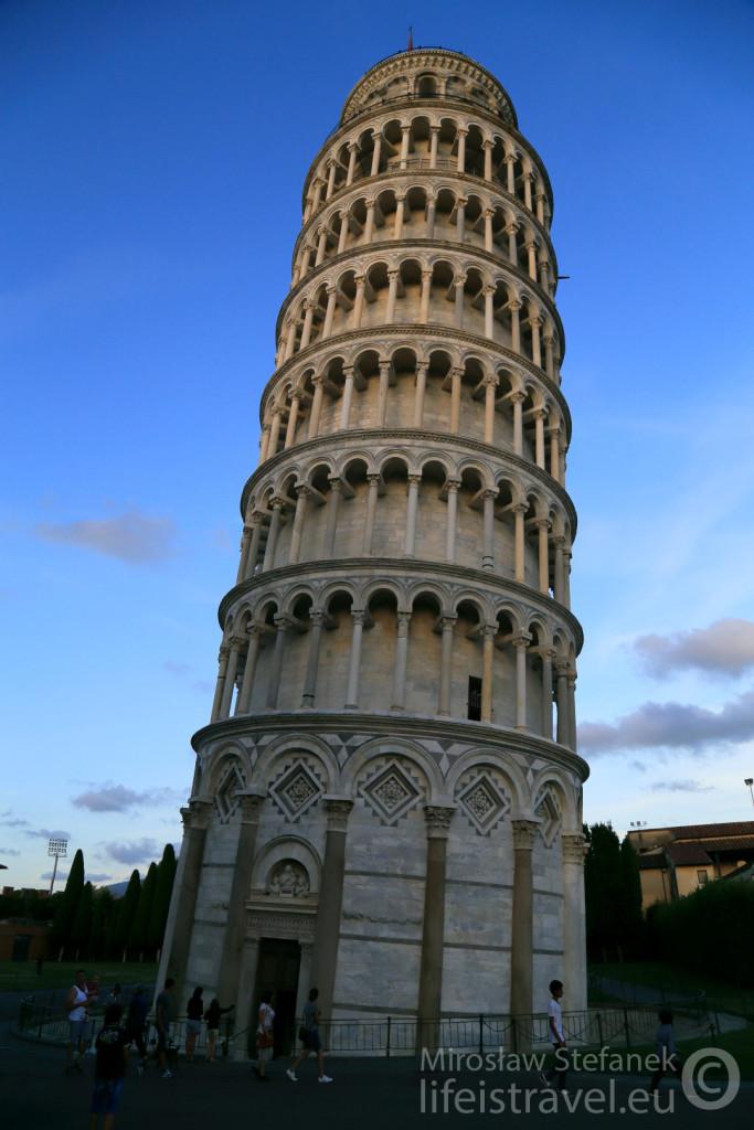Krzywa Wieża w całej okazałości.