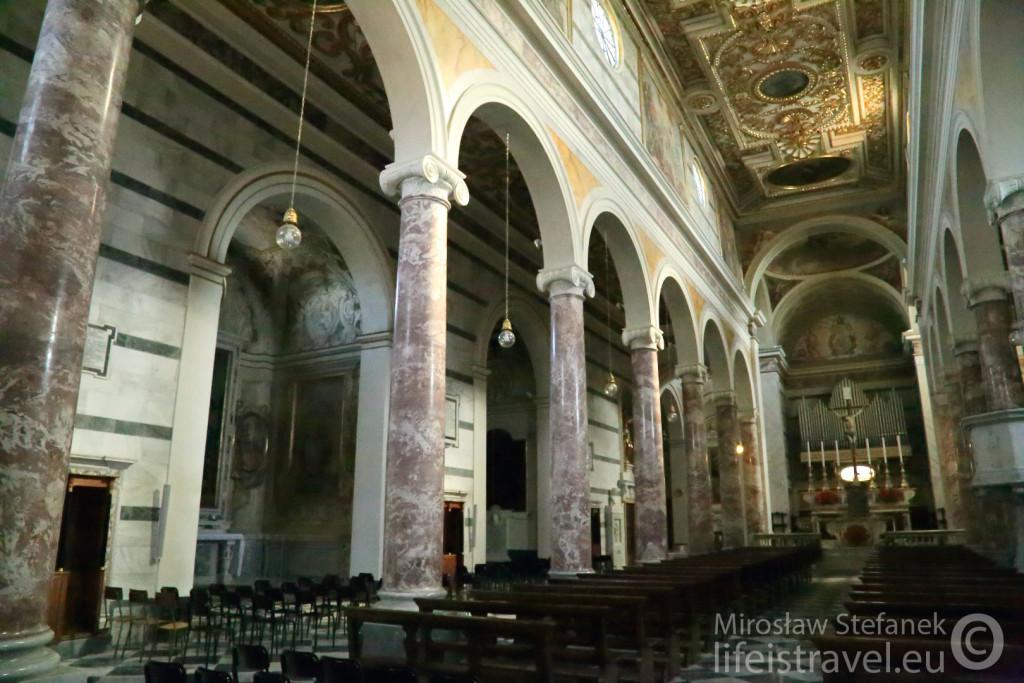 Typowy mały włoski kościółek :) - Cathedral of Santa Maria Assunta and San Genesio... Niestety z pośpiechu zanotowałem tylko angielską nazwę...