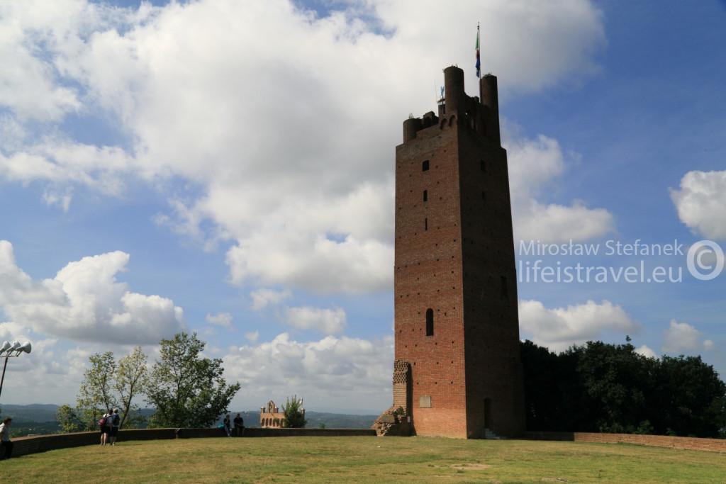 Zniszczona w 1944 roku, a następnie odbudowana - Wieża Fryderyka II.