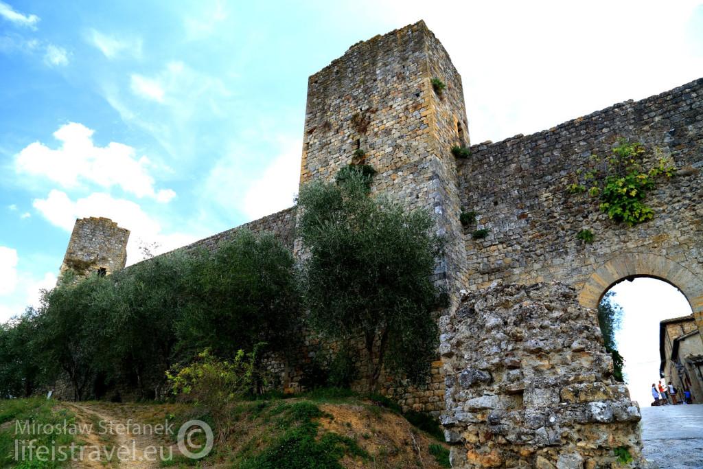 Stare mury cały czas istnieją, a baszty mają ostre kły...