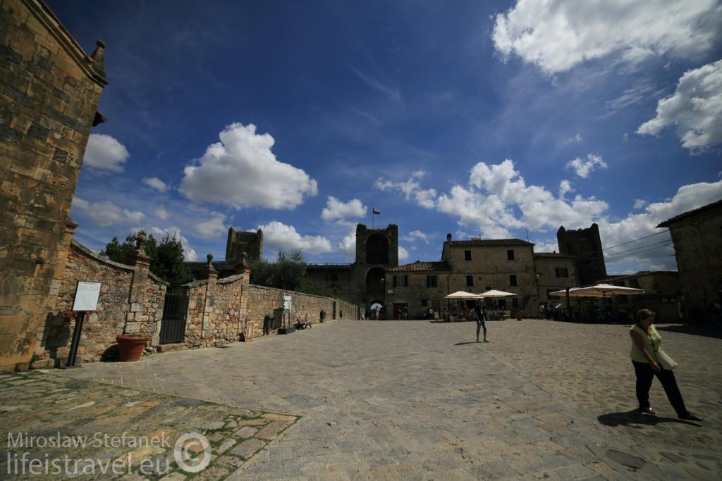 To pochodzące z XI wieku miasteczko nie potrzebuje już dzisiaj murów obronnych...