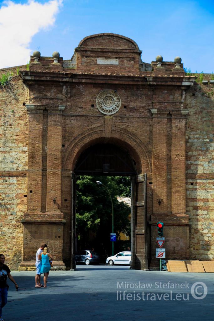 Jedna z miejskich bram w Sienie.