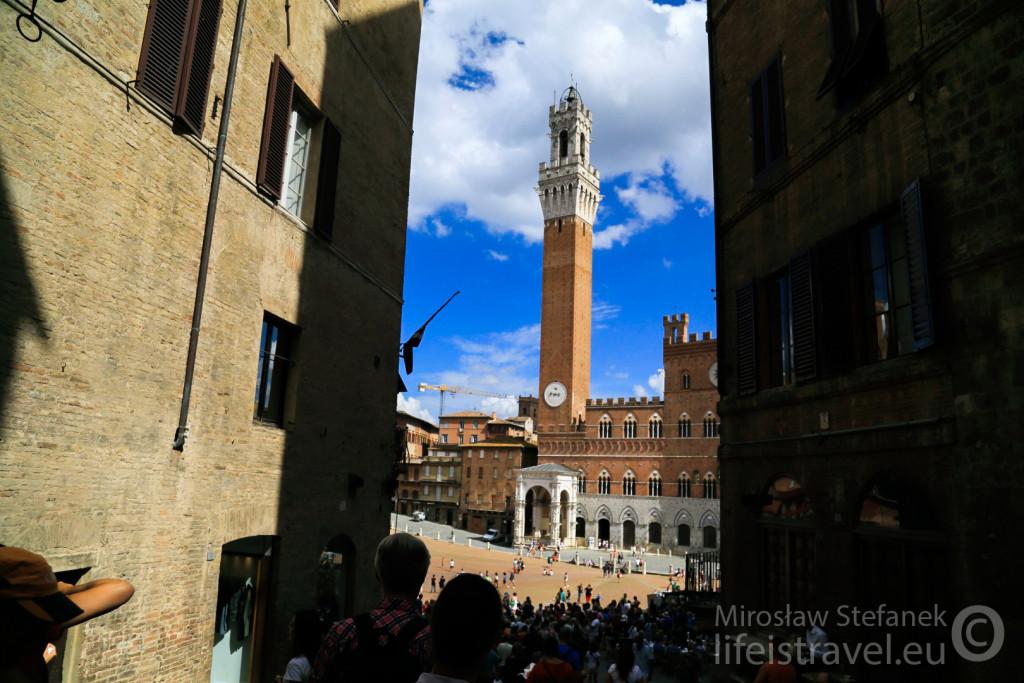 Jest - wieża Torre del Mangia.