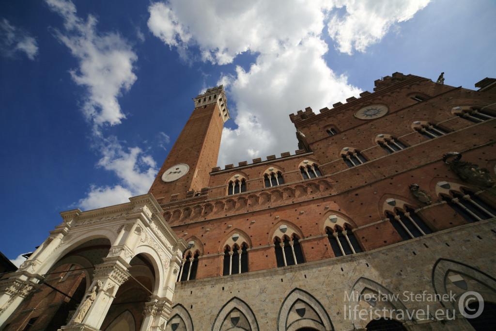 Wieża ma 102 metry wysokości, a prowadzą na nią 503 schody.