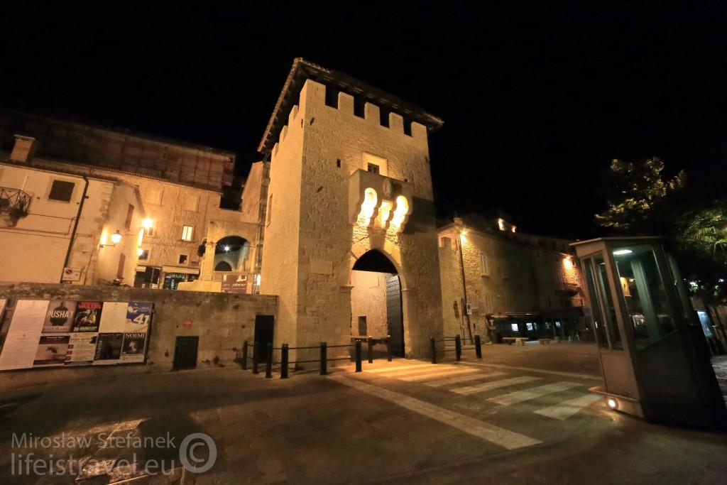 Pochodzącą z 1361 roku brama – Porta San Francesco.