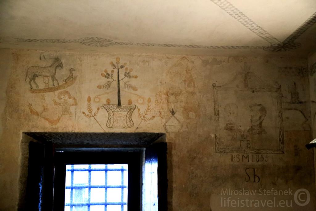 Wewnątrz jest małe więzienie z bardzo ciekawymi grafikami z XIX wieku.