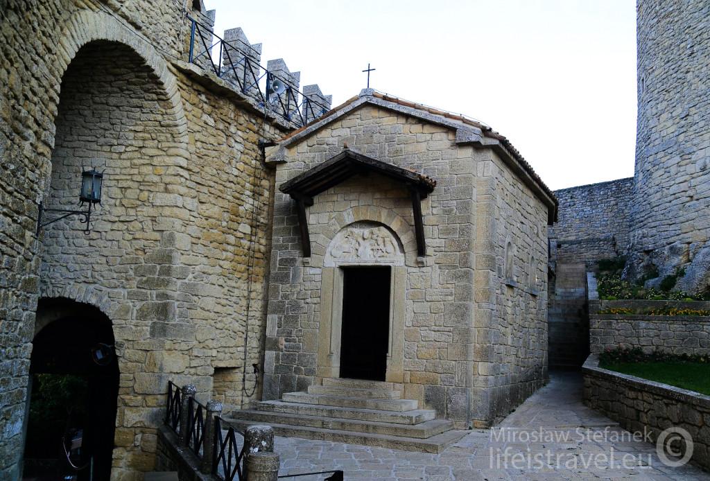 Maleńka kapliczka wewnątrz zamku.