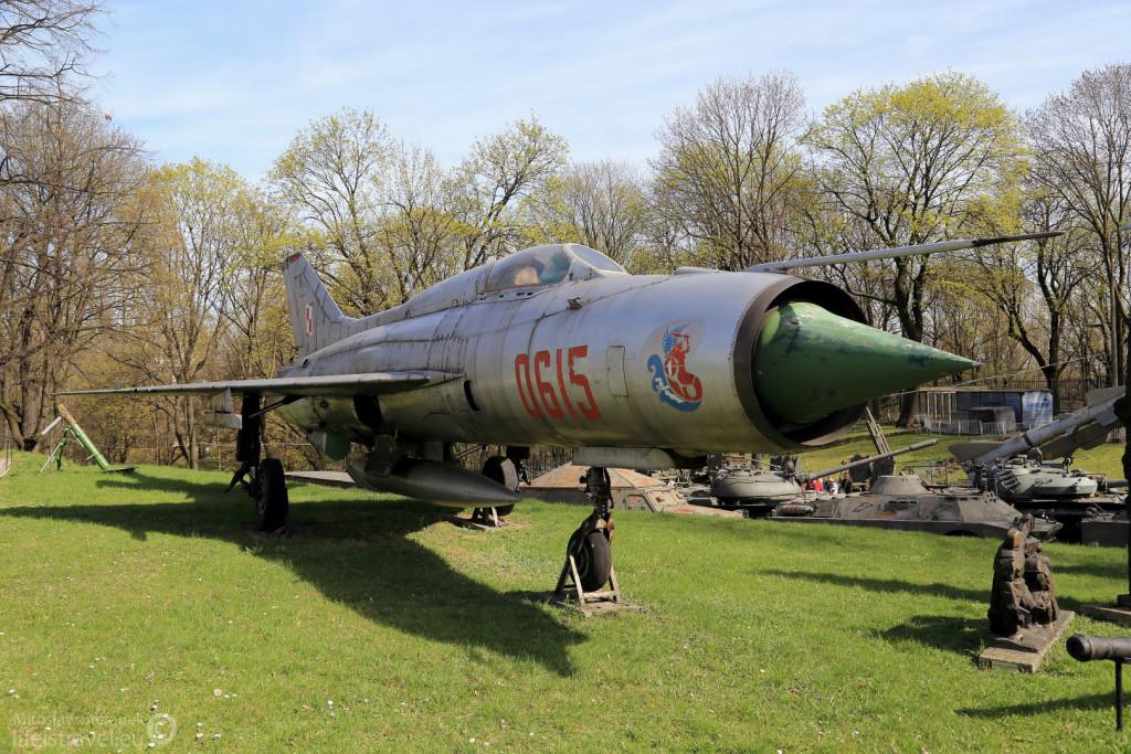 """Mig 21. Prezentowany samolot służył do początku lat dziewięćdziesiątych w pierwszym pułku lotnictwa myśliwskiego """"Warszawa""""."""