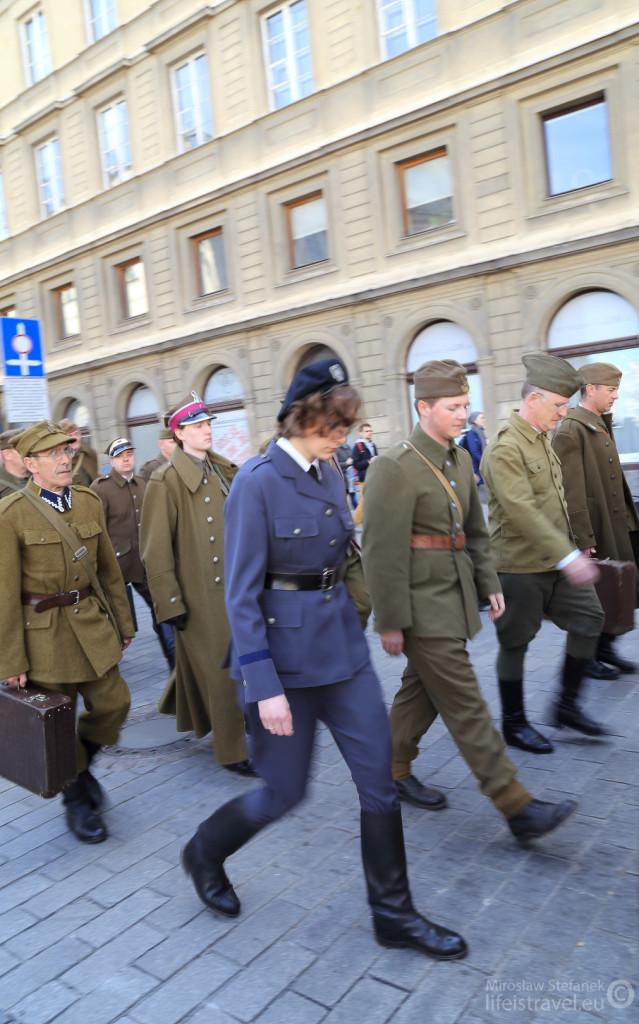 A między nimi ppor. pilot Janina Lewandowska - jedyna kobieta zamordowana w Katyniu.