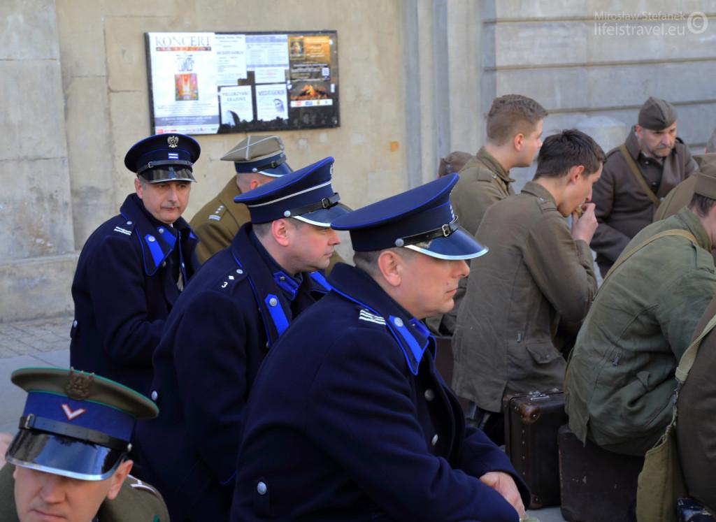 Między żołnierzami policjanci.