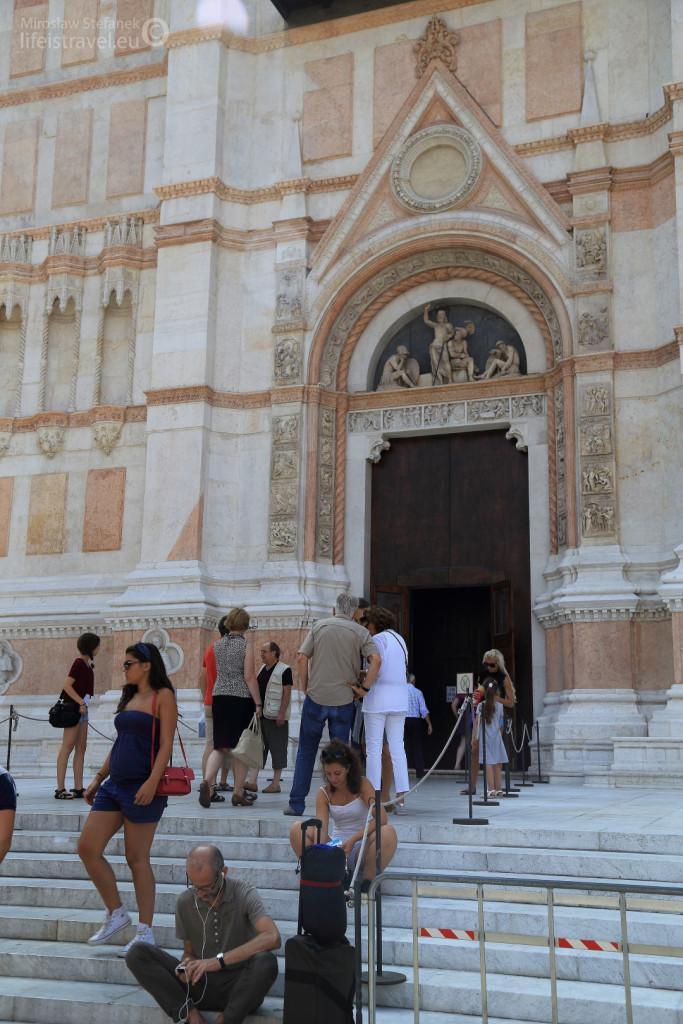 Na schodach przed jej wejściem zawsze roi się od ciekawskich turystów.