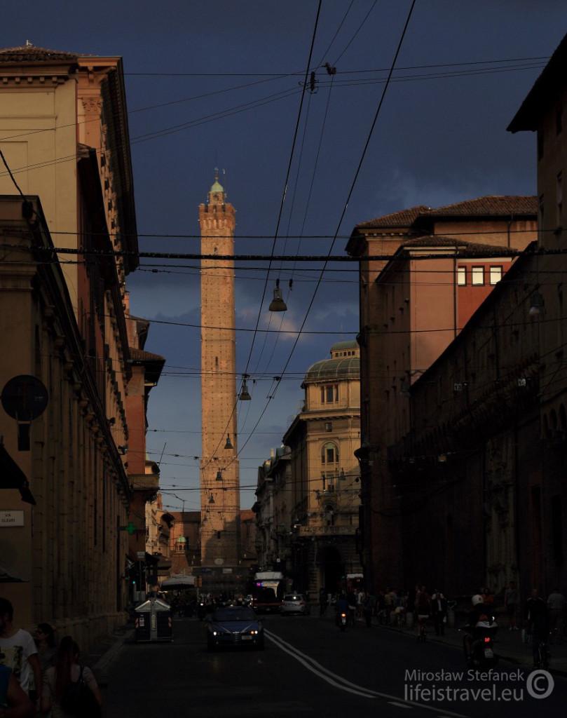 Torre degli Asinelli w całej okazałości.