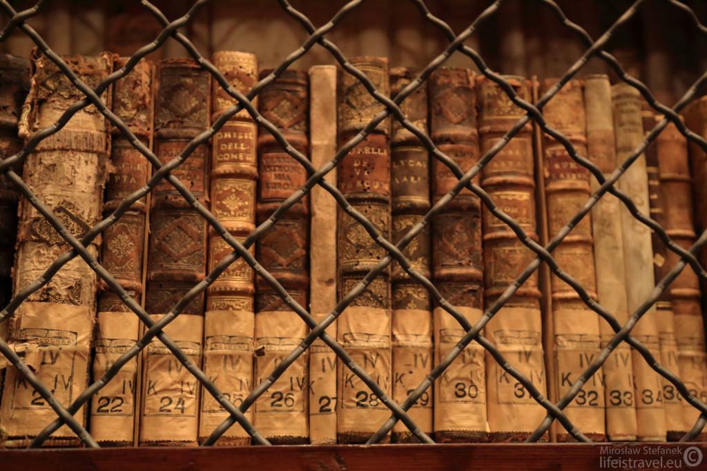 Książki zniewolone... Setki woluminów...