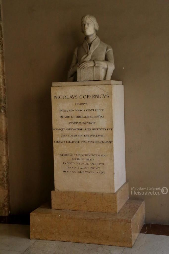 Statua dedykowana wielkiemu Mikołajowi na terenie Uniwersytetu Bolońskiego.