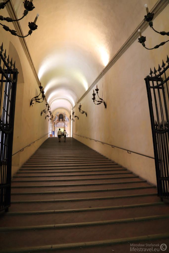 Po tych schodach wjeżdżały kiedyś powozy.
