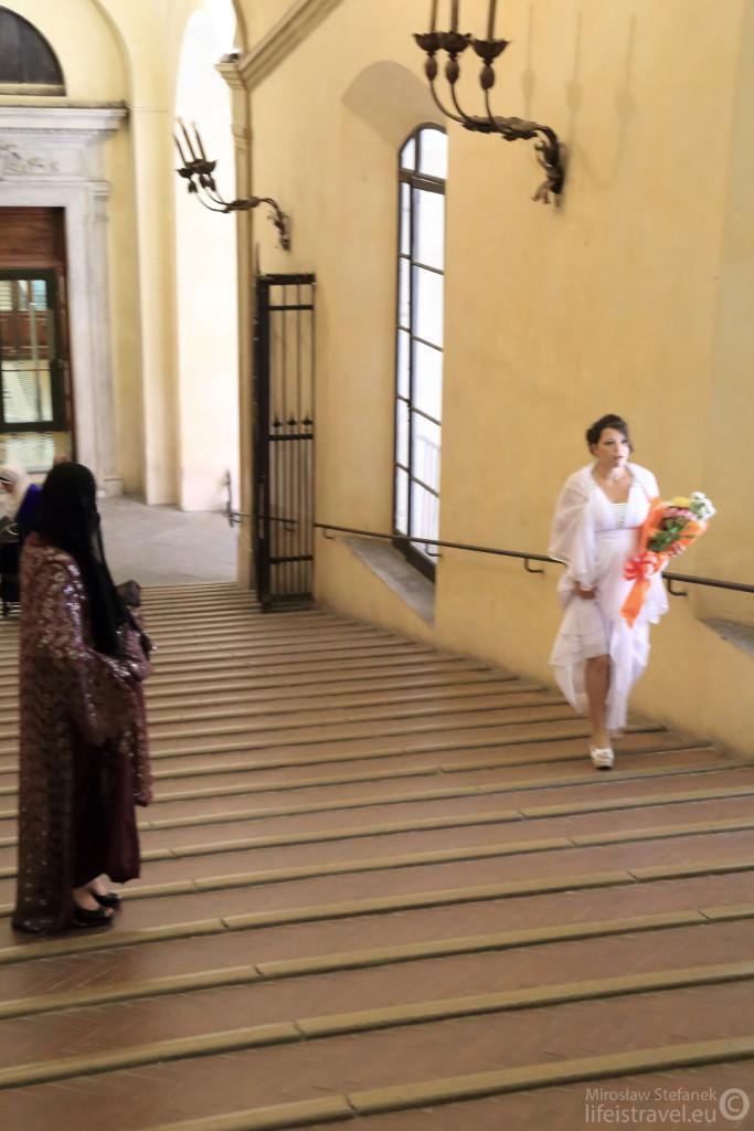 Panna młoda na schodach.