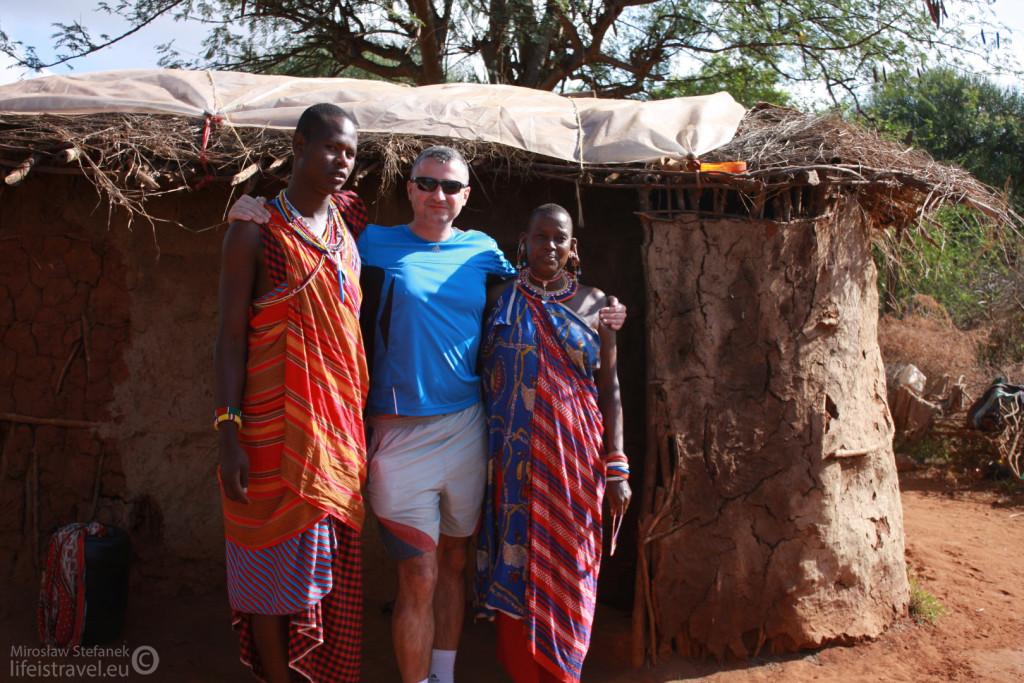 Przed masajską chatą.