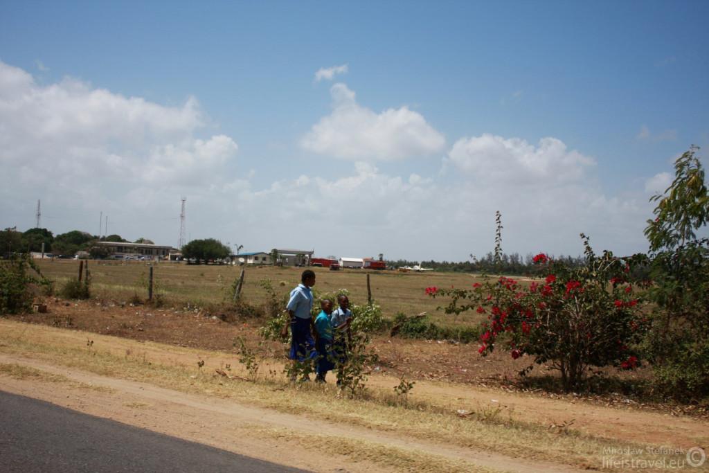 Dzieciaki idące do szkoły.