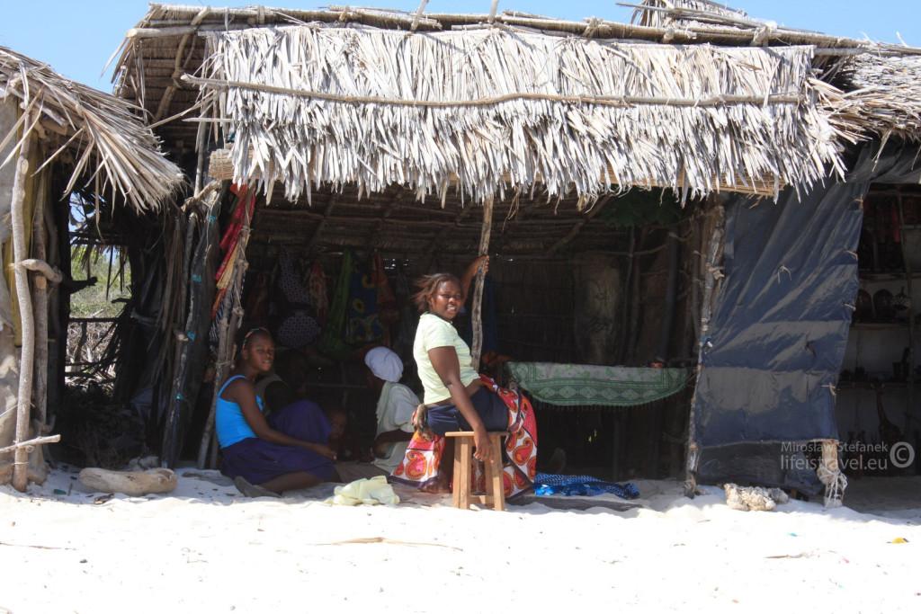 """""""Stoiska handlowe"""" przy plaży. Można w nich kupić różnego rodzaju wyroby regionalne, a w wielu również zamówić """"masaż""""."""