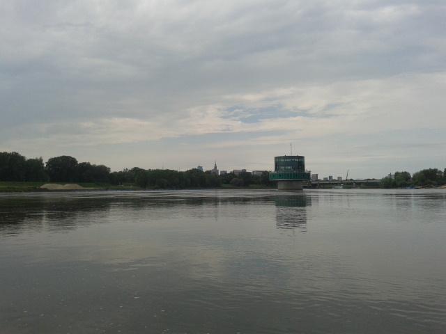 Ujęcie wody, a na drugim planie centrum Warszawy.