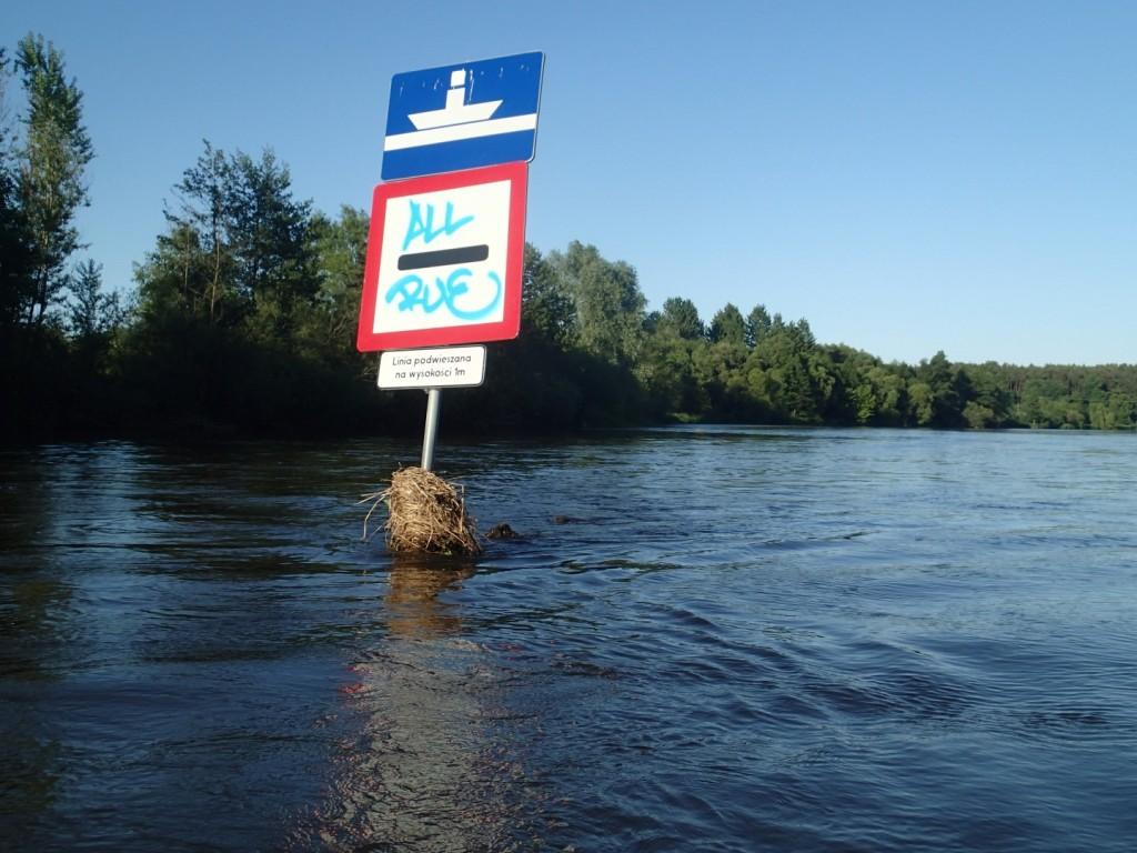 Znajdujący się na środku rzeki znak...