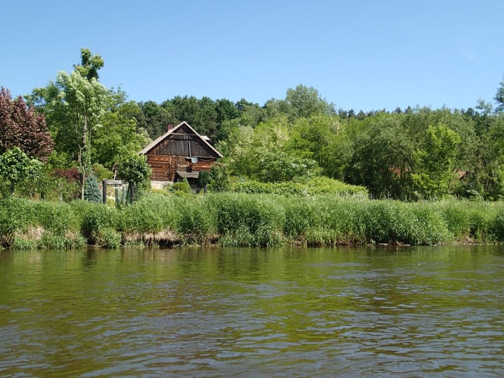 Jeden z wielu urokliwych domków nad rzeką.