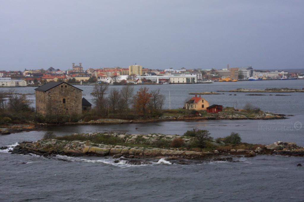 Wysepki i małe domki przy szwedzkim wybrzeżu.
