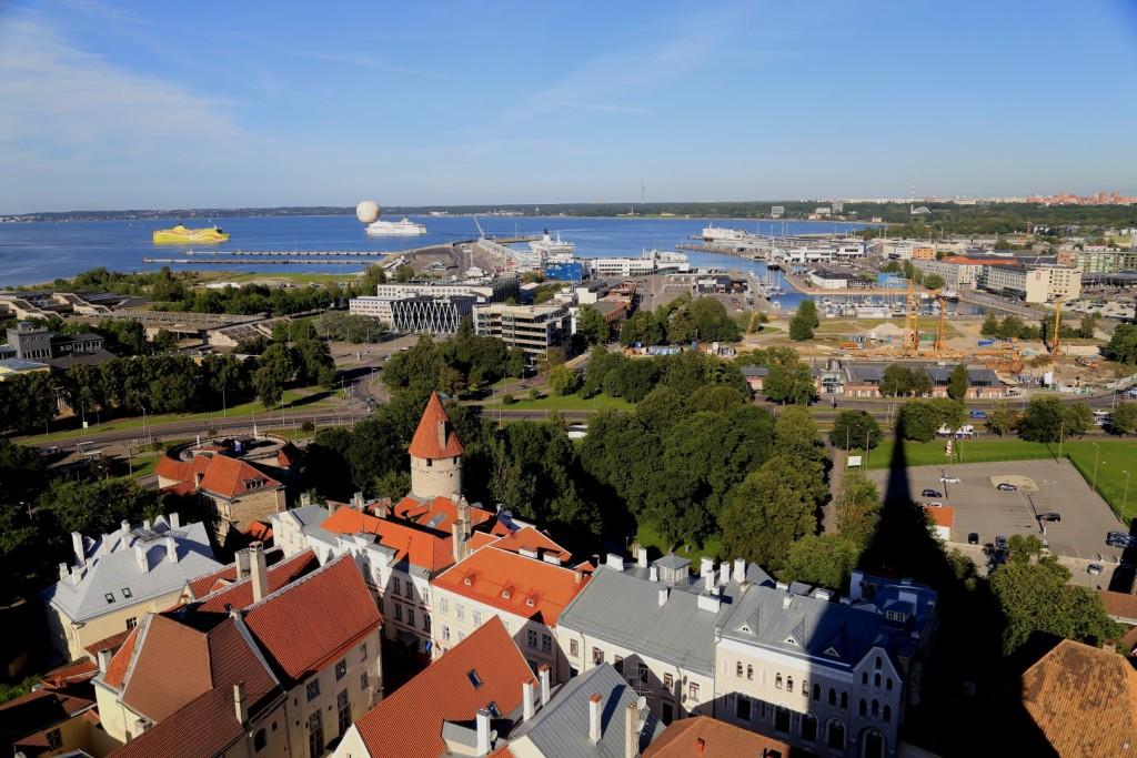 Niedaleko starówki znajduje się morze i port