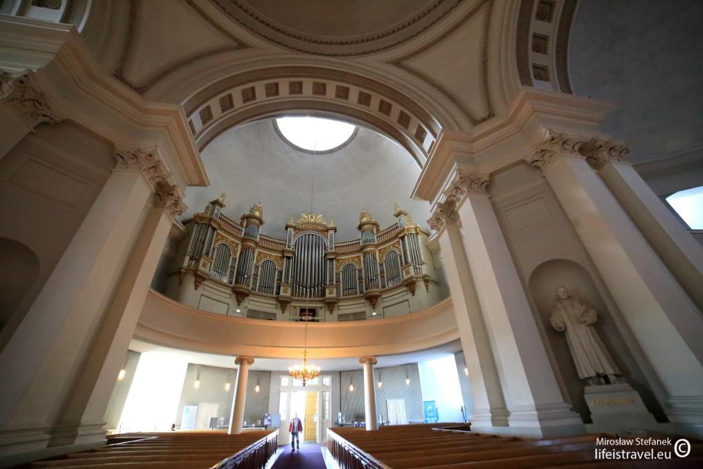 ascetyczne wnętrze świątyni