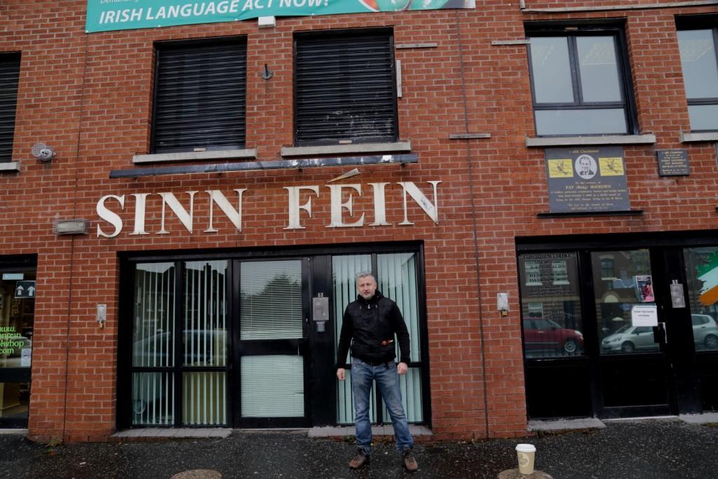 Przed siedzibą Sinn Fein.