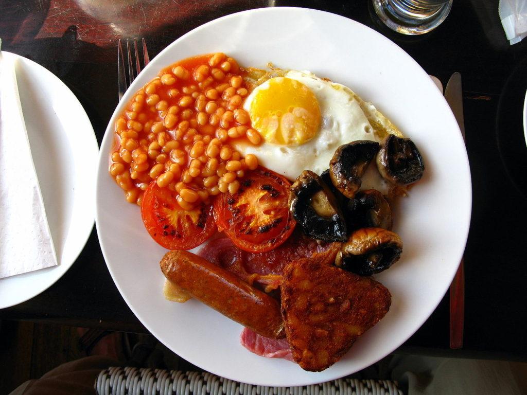 Angielskie śniadanie - źródło: domena publiczna, https://pl.wikipedia.org/wiki/%C5%9Aniadanie_angielskie
