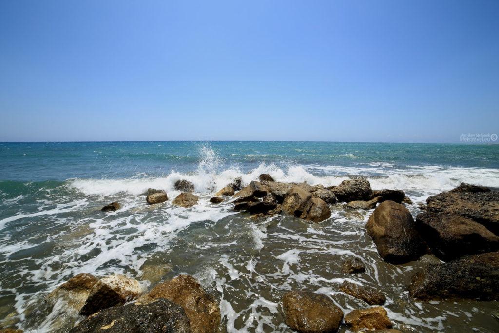 o przybrzeżne skały rozbijają się morskie fale