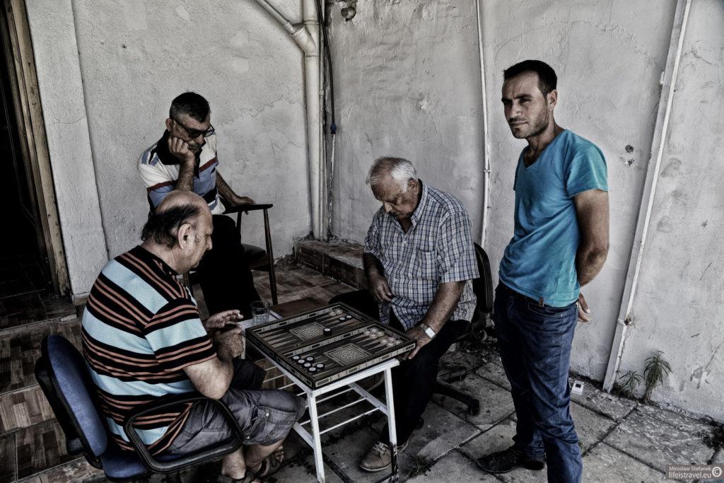 Mężczyźni grający w tryktraka