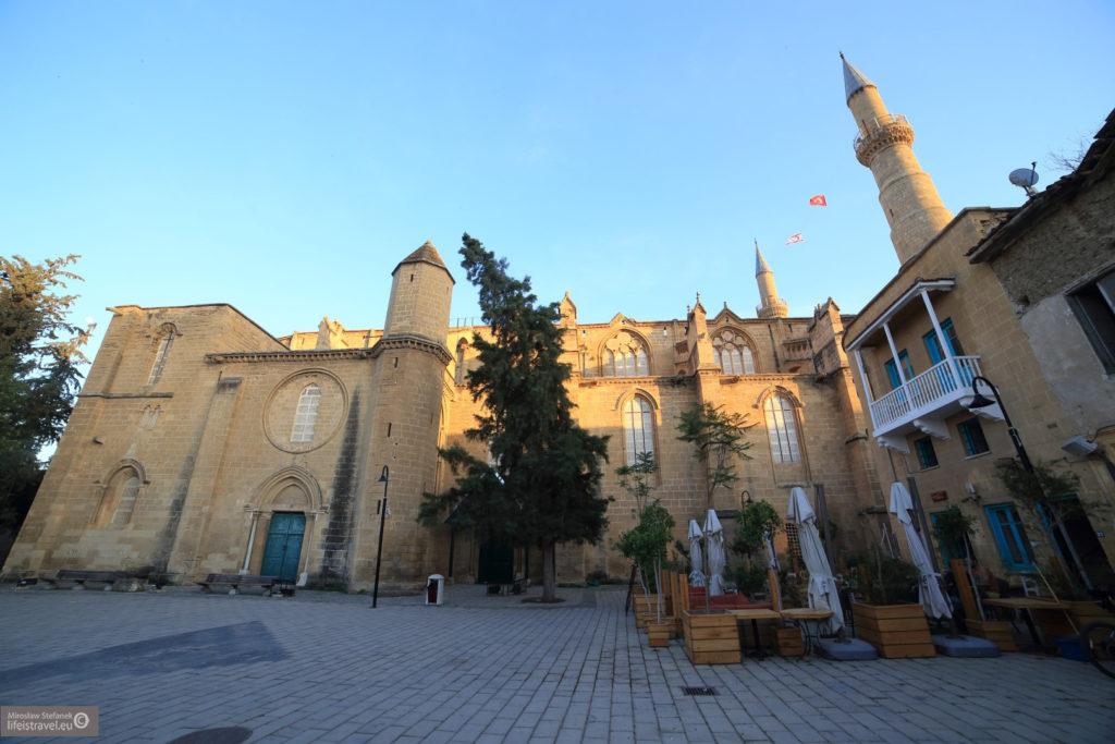 Po bryle budynku na pierwszy rzut oka widać jej gotycki rodowód