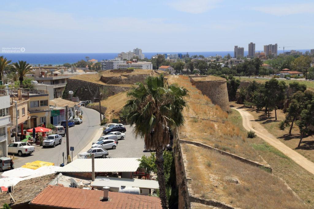 Mury mają ponad 3,5 km długości. A te budynki po prawej stronie to jest właśnie zakazana dzielnica Warosia, ale robiłem to zdjęcie, to jeszcze tego nie wiedziałem.