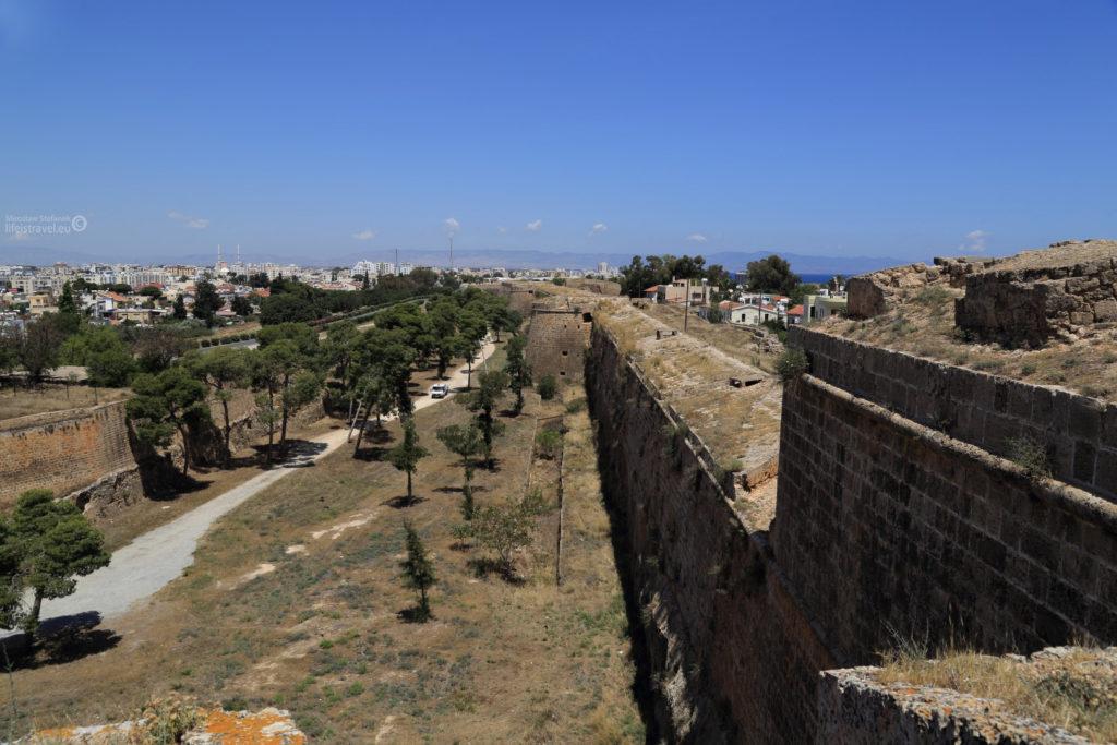 potężne mury miejskie