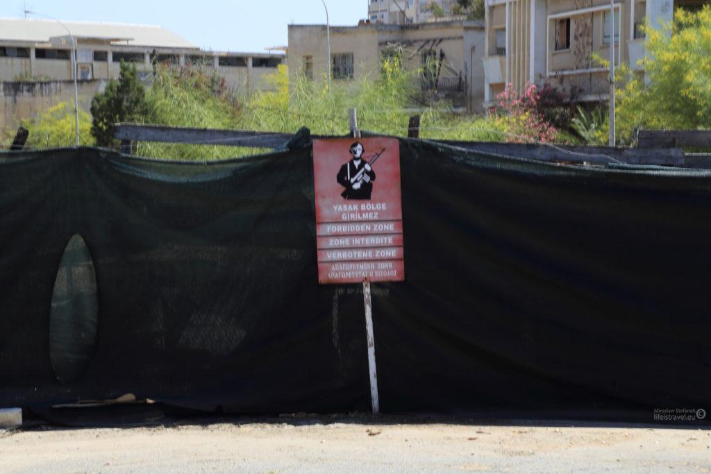 I wszechobecne tabliczki informujące o zakazie wstępu, i o zakazie fotografowania również...