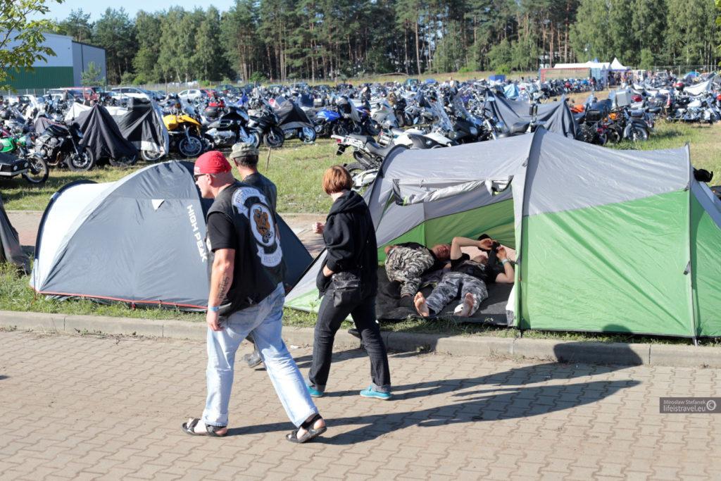 namioty stały wszędzie...