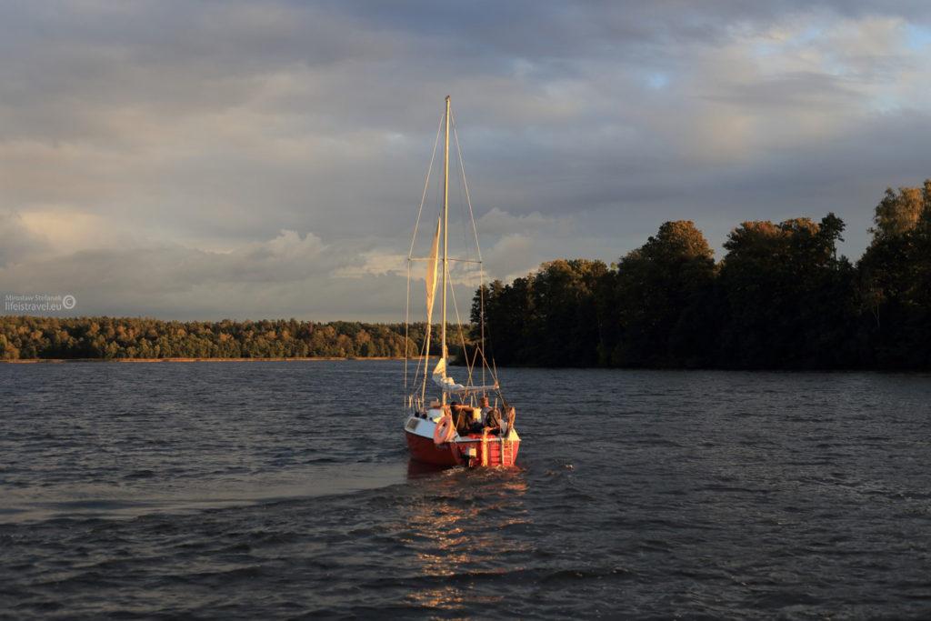 Mimo że to była końcówka września, na wodzie znajdowało się jeszcze dużo łodzi.