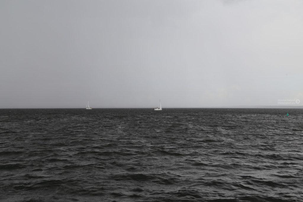 W którymś momencie zerwał się potężny wiatr, a po chwili wichura przerodziła się w prawdziwą burzę.