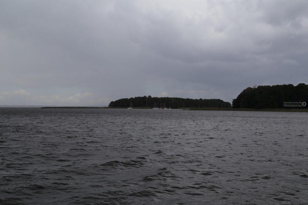 Żeglarze uciekli w bezpieczne miejsca. Na zdjęciu wysepki na Śniardwach. Wysepki mają ciekawe nazwy. A są to: Wyspa Pajęcza i Czarci Ostrów.